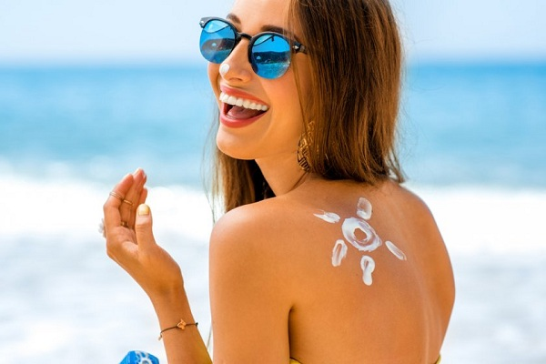 pretty-young-woman-with-sun-shape-on-the-shoulder-holding-sun-cream-fa5efe389f8bb1a9c28bdfcd6ed24183-840x560-85-nocrop.jpg