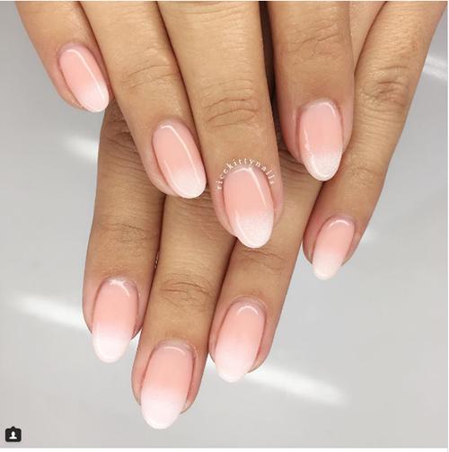 Móng ombre trắng hồng