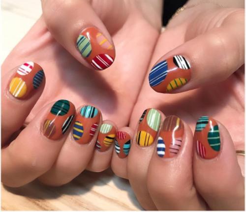 Cá tính với nail sắc sỡ sắc màu